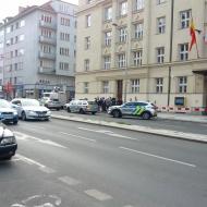 Před budovou úřadu městské části Praha 6 v den konání 6. zasedání zastupitelstva
